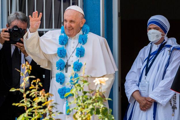 František máva počas súkromnej návštevy centra Betlehem.