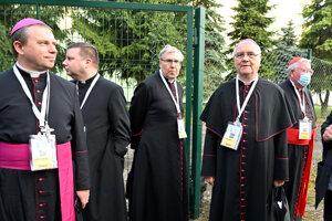 Biskupi prichádzajú na stretnutie s pápežom Františkom.