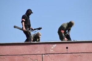 Na strechách dozerali na bezpečnosť ostreľovači.