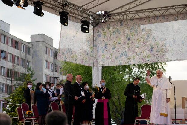 Pápež František zdraví prítomných po príchode na sídlisko Lunik IX.