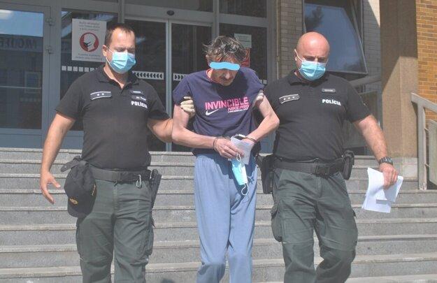Policajti odvádzajú obvineného Mateja do väzby.