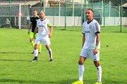 Spoločne na ihrisku. Martin Kostra skapitánskou páskou ajeho bratranec Vladimír Milan (vpravo).