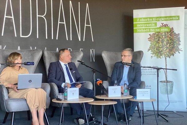 Zľava Tatiana Rosová z agentúry Actly, župan Juraj Droba a Ľubomír Tuchscher zo Slovenského združenia pre značkové výrobky.