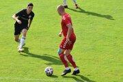 Futbalisti Považskej Bystrice v tejto sezóne ešte neprehrali. Pri lopte obranca Róbert Petruš.