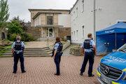 Policajti hliadkujú pred budovou synangógy v Hagene.