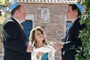 Guvernér Jared Polis (vľavo) a jeho partner Marlos  Reis (vpravo) počas obradu, v strede rabínka Tirzah Firestoneová.