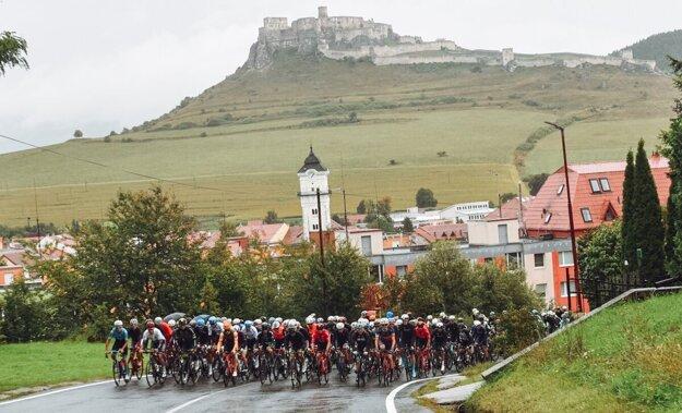Pozrite si upršaný štart cyklistov pod Spišským hradom smer Tatry. K fotogalérii sa dostanete kliknutím na obrázok.