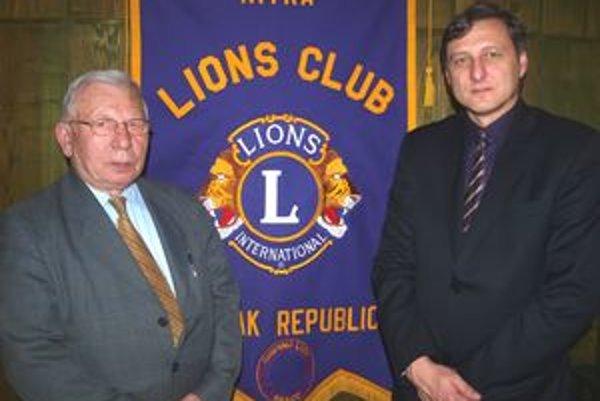 Zľava akademik Juraj Hraško a prezident Lions Clubu Nitra René Hudzovič.