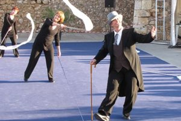 Gymnasion pri cvičení svojej skladby na festivale v Portugalsku. V popredí ako Charlie Chaplin Magdaléna Griesbachová.