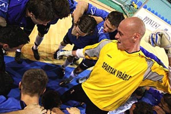Vrábeľská radosť z triumfu, v žltom drese brankár Oskar Straka.