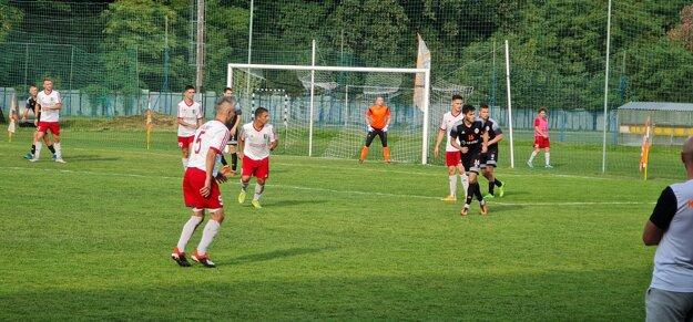 Zo stredajšieh derby zápasu medzi Lučencom a Kalinovom