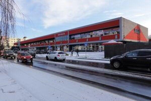 Mesto sa súdi s firmou Brasko o predkupné právo na pozemok pod obchodným domom Univerzál.