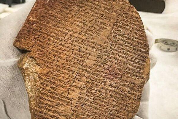 Na archívnej snímke z 28. júla 2011 hlinená tabuľka obsahujúca časť Eposu o Gilgamešovi.