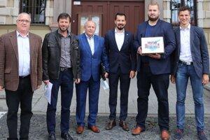 Oravskí zástupcovia priniesli na ministerstvo petíciu s takmer desaťtisíc podpismi.