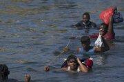Migranti prekonávajú hraničnú rieku Rio Grande na hranici Mexika a amerického Texasu.