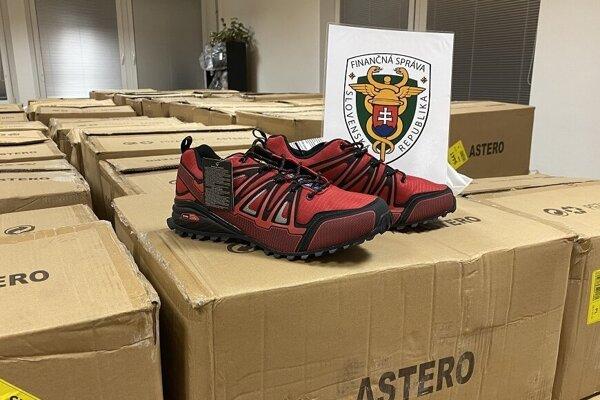 Colníci zaistili športovú obuv.