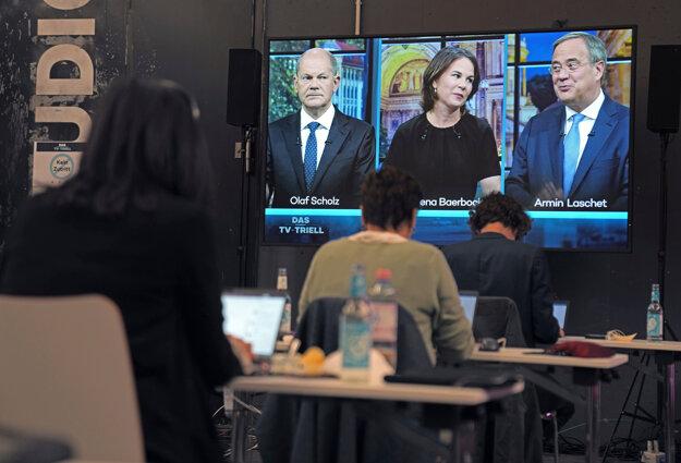 O kancelársky post bojujú traja kandidáti.
