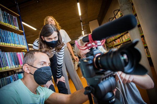 Na workshopoch, ktoré organizuje festival Azyl, sa stredoškoláci učia základom filmovej práce.