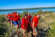 Záchranári, ktorí našli neznámu ženu na chorvátskom ostrove Krk.