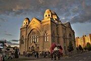 Atraktívnu kulisu štartu a cieľa Nočného behu mestom Lučenec tvorila miestna synagóga.