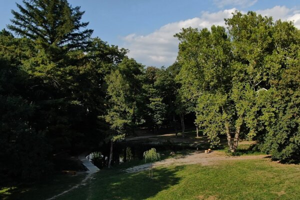Stupava premenila zanedbaný rybník na vychádzkové miesto.