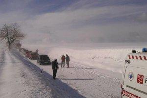 Z nehody v obci Šterusy v okrese Piešťany 8. februára 2015. Zrazili sa pri nej štyri osobné autá. Na snímke kolóny aút.