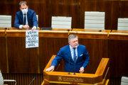 Zľava minister financií Matovič a poslanec Fico.