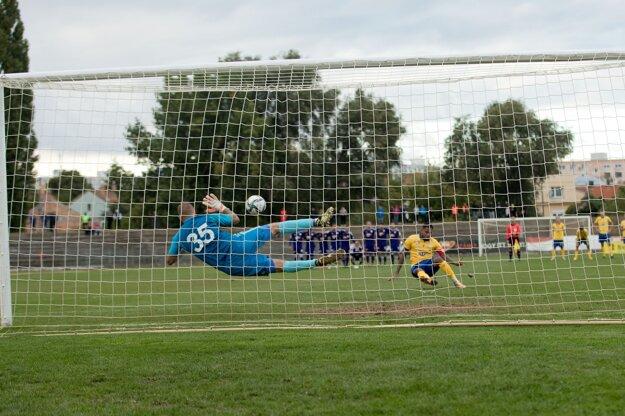 Rozhodujúca penalta, ktorú zlikvidoval kapitánovi DAC Erikovi Davisovi brankár KFC Komárno František Chmiel.
