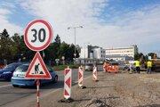 Výstavba okružnej križovatky na Tabakovej ulici v Leviciach.