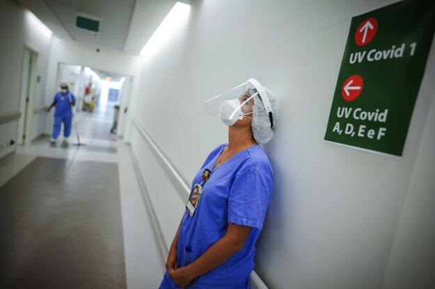 V nemocniciach začínajú postupne cítiť nápor pacientov s covidom, plánované operácie však zatiaľ hromadne nerušia.