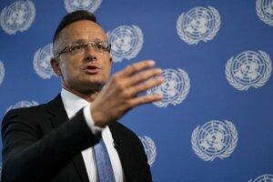 Maďarský minister zahraničných vecí Péter Szijjártó gestikuluje počas rozhovoru s americkou agentúrou AP v sídle OSN v New Yorku.