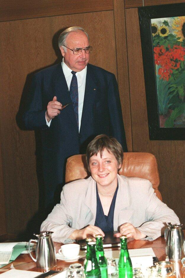 Helmut Kohl na fotografii s Angelou Merkelovou z roku 1991. Kohl vtedy viedol krajinu. Merkelová si počas rokov vyslúžila prezývku Kohlovo dievča.
