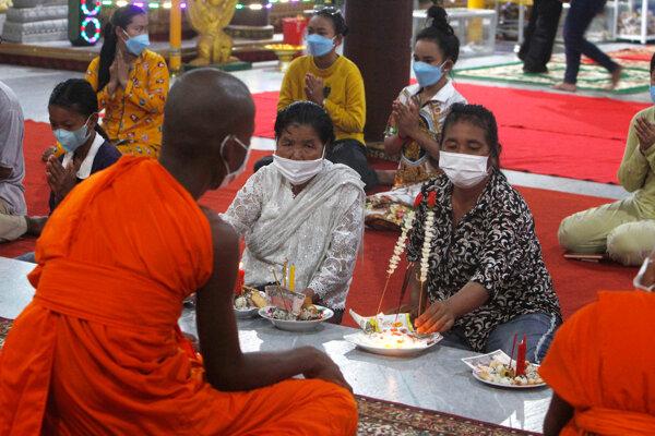Veriaci po celej krajine navštevujú pagody, kde sa modlia a obetujú potraviny duchom svojich predkov.