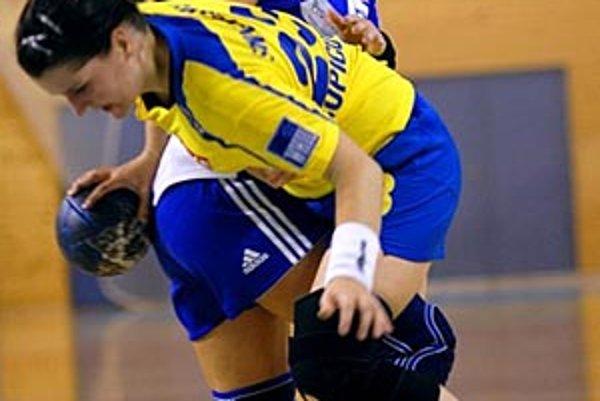 Simona Pileková (v modrom) v súboju s domácou Krupicovou.