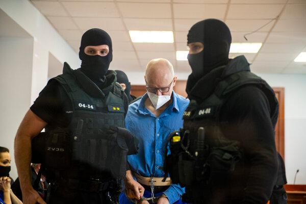 Eskorta privádza obžalovaného Štefana Agha na súdne pojednávanie v kauze zmenky.