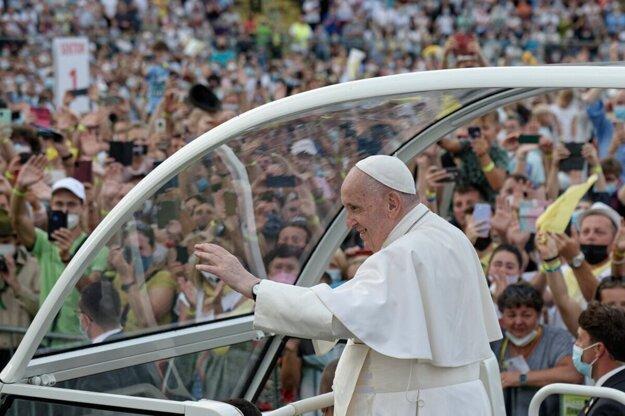 Pápež František rozdával pútnikom na Lokomotíve úsmev i požehnania.