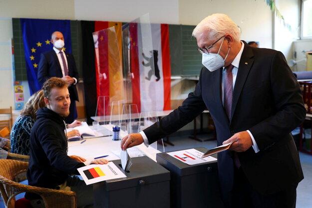 Nemecký prezident Frank-Walter Steinmeier volí v nemeckých parlamentných voľbách 2021.