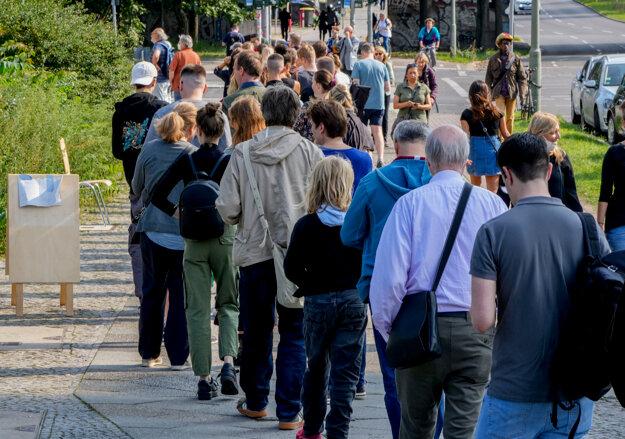 Rady ľudí čakajúcich na hlasovanie v nemeckých parlamentných voľbách 2021 pred volebným okrskom v Berlíne.