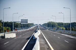 Na snímke 4,3 km dlhý úsek diaľnice D4 medzi križovatkami Bratislava - Petržalka a Bratislava - Juh, ktorý zahŕňa Lužný most v deň oficiálneho otvorenia.