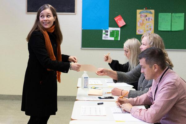 Islandská premiérka Katrin Jakobsdottir odovzdáva svoj hlas v  Reykjaviku.