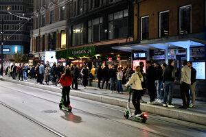 Pred nočnými barmi v Osle sa tvorili dlhé rady.