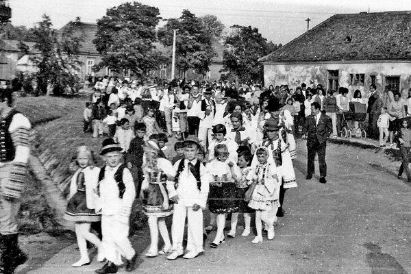 Krojovaný sprievod v obci Kľačany.