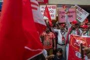 Členovia Komunistickej strany Indie kričia heslá počas protestu proti zákonom o farmách v indickom Bombaji.