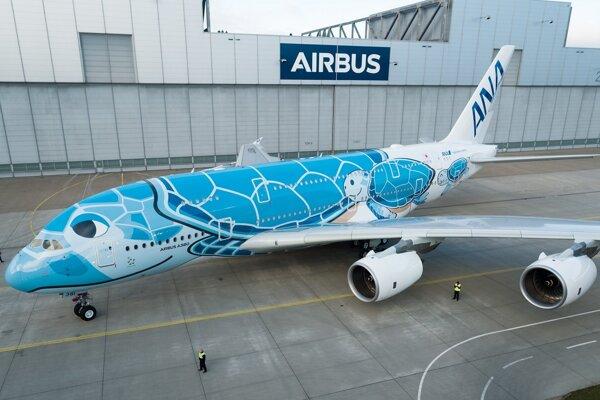 Jedno z meškaných lietadiel bol Airbus A380, ktorý je pokrytý korytnačkami.