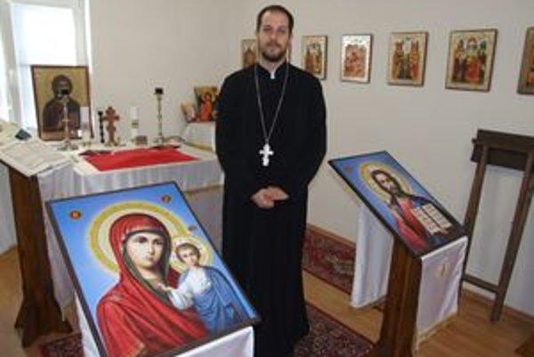 Kňaz Lukáš Nováček v modlitebni, ktorá vznikla v priestoroch súkromnej firmy na Čermáni.