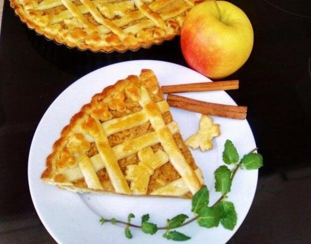 Jablkový koláč zo zemiakového cesta.