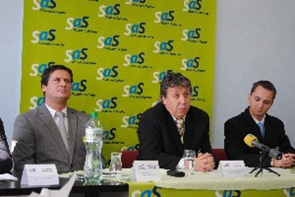 Zástupcovia nitrianskej SaS - vľavo krajský predseda Stanislav Michalík, v strede okresný predseda Radoslav Pavelka.