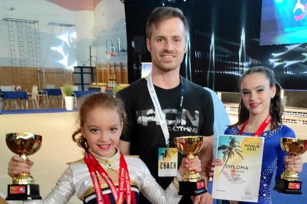 Zľava Melissa Feduzi, tréner Peter Pavelka a Nina Halvová.