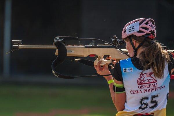 Alžbeta Garguláková pri streľbe na pretekoch v Novom Meste na Morave.