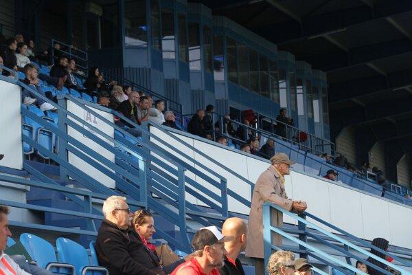 Futbaloví starí-známi sa napriek marazmu každú druhú sobotu stále stretávajú na štadióne FC Nitra. Väčšinou v smutných debatách.